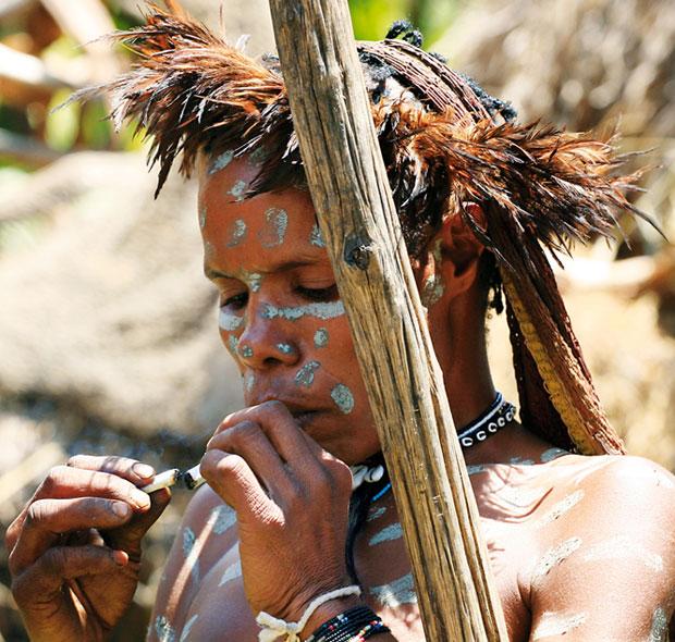 podróże, Podróże: świński festiwal w Papui, Goździkowe papierosy palą wszyscy łącznie z dziećmi