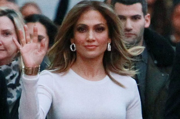 Jennifer Lopez w SKROMNEJ kreacji. Co z tego, skoro za�o�y�a bardzo obcis�� sp�dnic�. WOW