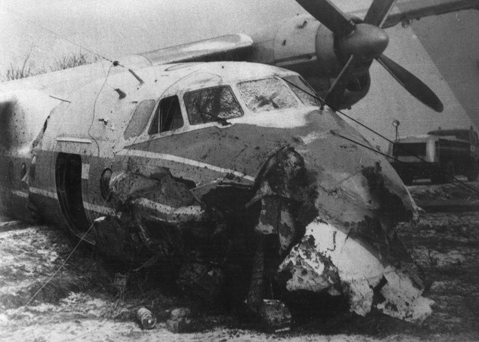 Samolot An-24, który lądował awaryjnie na polu w rejonie wrocławskiego osiedla Muchobór Wielki, sfotografowany dzień po katastrofie