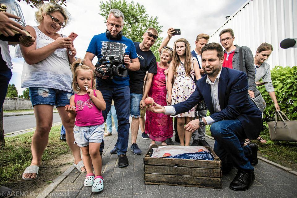 Patryk Jaki odwiedza blokowiska w ramach akcji #100imypodblokiem