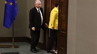 Premier Beata Szydło i jej partyjny zwierzchnik, prezes Jarosław Kaczyński wychodzą z Sali Plenarnej w trakcie debaty nad wotum nieufności dla rządu PiS. Warszawa, Sejm, 7 grudnia 2017