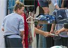 Olga Frycz odchudziła swoją szafę. Ubrania, które dotąd tam zalegały, powędrowały na pchli targ. Jak widać na zdjęciach, transakcja była najwyraźniej udana.