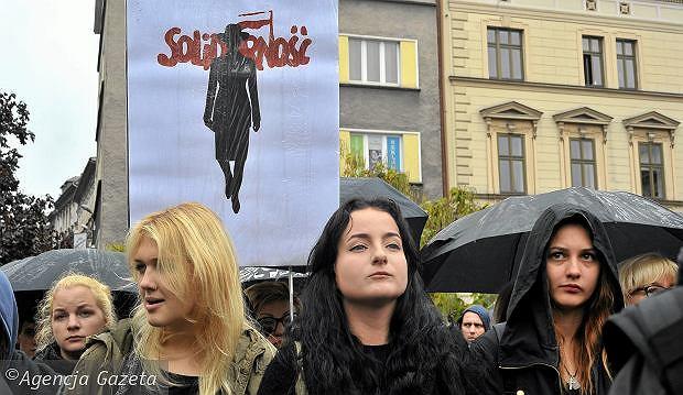 Czarny Protest, na transparencie widoczna jest praca