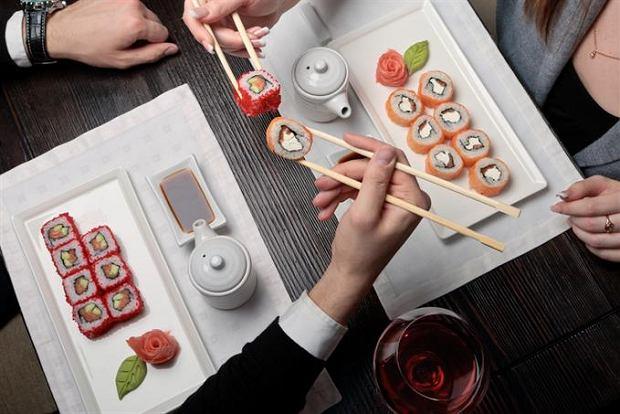 Romantyczna kolacja - idealny pomysł na prezent dla niej