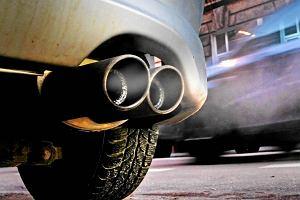 Silnik traci moc, na wolnych obrotach gaśnie, a z rury wydobywa się czarny dym? Masz problem z zaworem