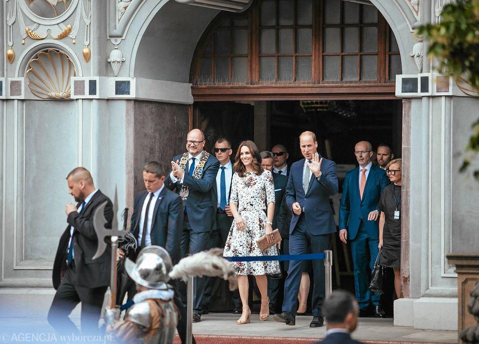 Zdjęcie numer 26 w galerii - Para książęca spotkała się z Wałęsą. Przywitały ją też transparenty o demokracji w Polsce