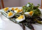 Szparagi pieczone z jajkami