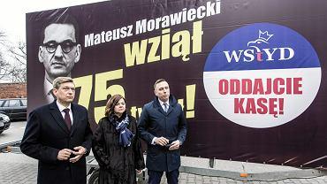 Kampania billboardowa PO przeciw PiS. Pierwszy od prawej - poseł Krzysztof Brejza, który ujawnił nagrody rządu PiS