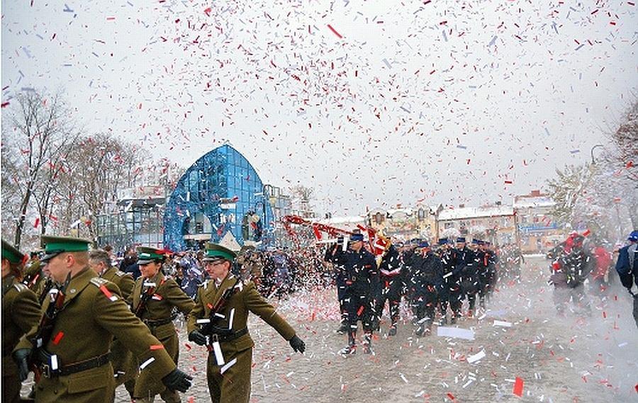 Policjant, który zrzucał konfetti w Augustowie podczas wizyty Jarosława Zielińskiego, dostał awans