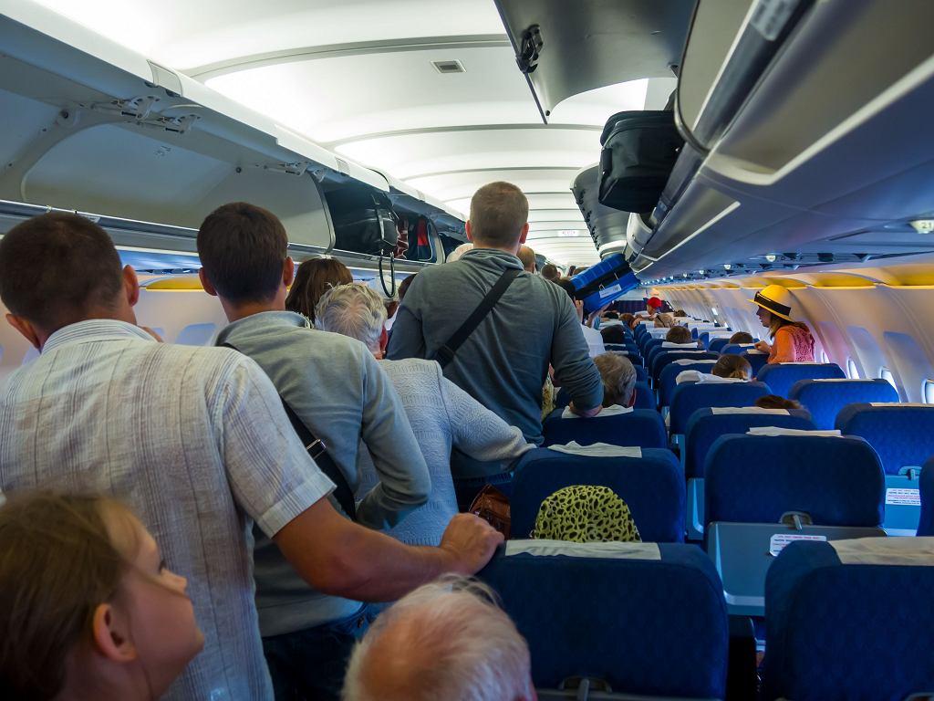 Pasażerowie przechadzający się po pokładzie samolotu utrudniają pracę załodze