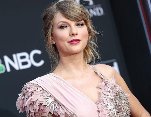 Taylor Swift w środę zaprezentowała zwiastun do teledysku zespołu Sugarland. Pokazała się w nim w nowym kolorze włosów, ale naszym zdaniem lepiej jej w blondzie.