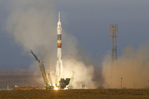Rakieta Soyuz TMA-19M z astronautami lec�cymi na stacje ISS