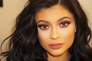 """Jak """"powstaje"""" Kylie Jenner? Pokaza�a krok po kroku. Warstw makija�u a� nie da si� zliczy�"""