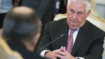 Pierwsza wizyta szefa amerykańskiej dyplomacji Rexa Tillersona w Moskwie. W czasach gdy kierował Exxon Mobile bawił na Kremlu, a na współpracy z rosyjskimi koncernami paliwowymi zarabiał miliardy dolarów. Putin odznaczył go nawet orderem przyjaźni. Spodziewano się więc, że Tillerson, jak i cała administracja, ociepli stosunki z Rosją. Ale po amerykańskim ataku na Syrię chłód w stosunkach tylko się pogłębił