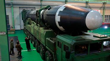 29.11.2017, Kim Dzong-Un przeprowadza inspekcję rakietowego pocisku balistycznego Hwasong-15.