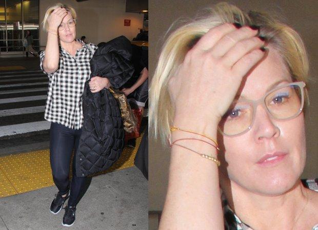 Paparazzi spotkali Jennie Garth na lotnisku w Los Angeles. Aktorka by�a bez makija�u i by�a ubrana w codzienne ciuchy - koszul� i legginsy. Musimy przyzna�, �e w takim wydaniu z trudem j� rozpoznali�my.