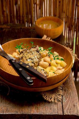 Jagnięcina w sosie musztardowym z fasolą i jabłkiem