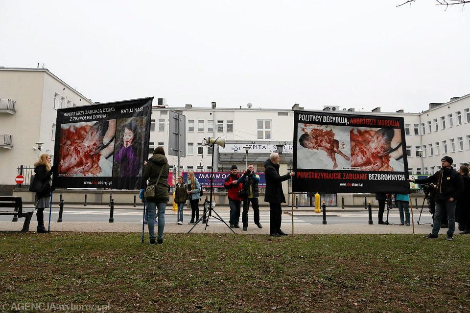 Pikieta przeciwników aborcji przed Szpitalem Św. Rodziny w Warszawie