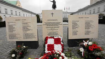 Krakowskie Przedmieście. Tablice upamiętniające ofiary katastrofy smoleńskiej przed Pałacem Prezydenckim