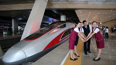 Pracownicy chińskich kolei demonstrują nowy, superszybki pociąg