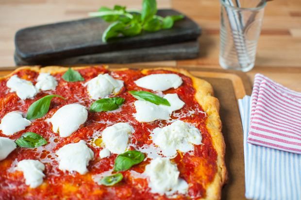 14 doskonałych przepisów na pizzę, które pozwolą godnie uczcić jej dzień (i uratować każdy inny)