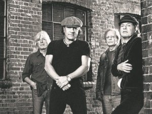 Perkusista AC/DC, Phil Rudd, przyznał się do stawianych