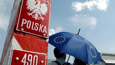 Młodzi Polacy przy przejściu granicznym w Słubicach w 2004 r. - roku przystąpienia do Unii Europejskiej