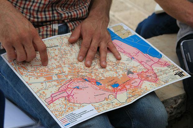 Członek BtS pokazuje mapę Hebronu
