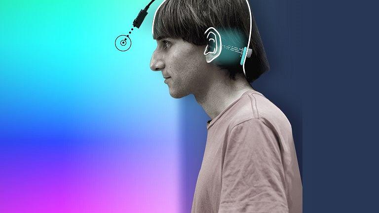 Neil Harbisson słyszy kolory dzięki sztucznemu organowi - antenie trwale połączonej z mózgiem