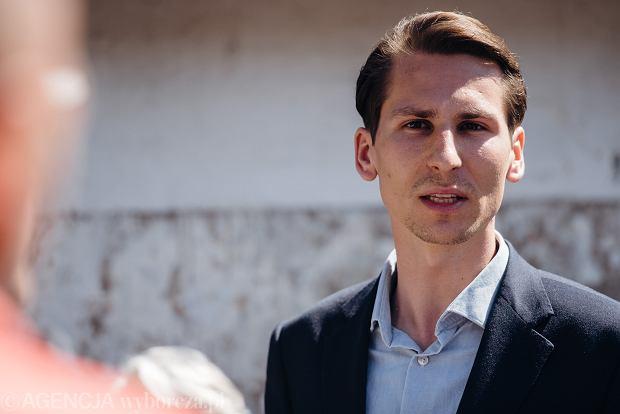 Gdańsk. Na trzecim miejscu w sondażu wyborczym uplasował się Kacper Płażyński, kandydat Zjednoczonej Prawicy