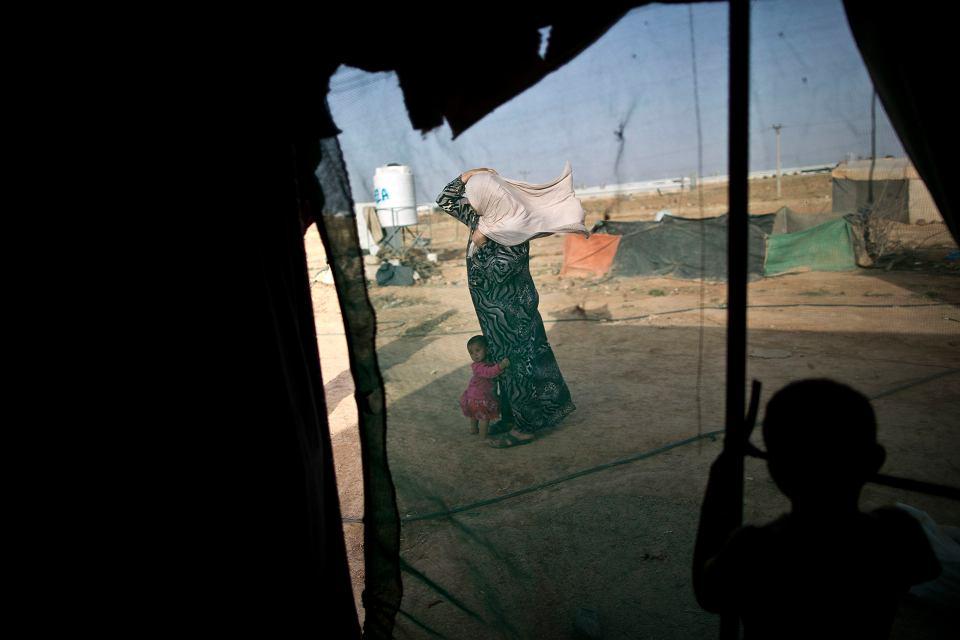Syryjscy uciekinierzy na terenie obozu w Jordanii