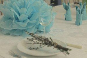 Biel i turkus na Wielkanoc. Przygotuj nietypową aranżację świątecznego stołu