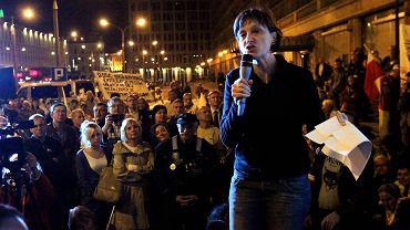 Nocny protest Solidarnych 2010 pod budynkiem TVP przy pl. Powstańców Warszawy