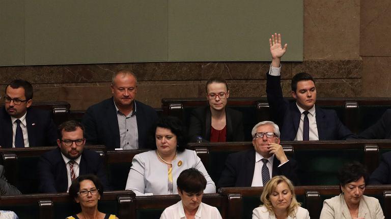 Łukasz Rzepecki podczas głosowania nad odrzuceniem w pierwszym czytaniu pisowskiego projektu o funduszu na drogi tzw. paliwo+. Jako jedyny poseł PiS był przeciwko doliczaniu do ceny paliwa 25 gr