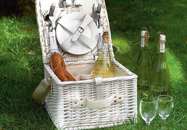 Rattanowy kosz piknikowy z miejscem na talerze, sztućce, kieliszki i zestaw sól i pieprz, 439 zł, Riviera Maison, HOUSE&more, houseandmore.pl