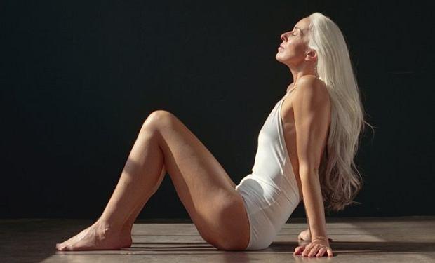 Nie uwierzycie, ile lat ma ta modelka. Yasmina Rossi twierdzi, że nieprzemijającą urodę zawdzięcza... awokado i oliwie z oliwek [ZDJĘCIA]