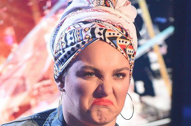 """Ewa Farna na konferencji programu """"Idol"""" pokazała się w stylizacji, która jeszcze długo będzie nam się śnić po nocach. To był prawdziwy koszmar."""