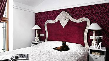 <B>Wąski pokój trudno jest funkcjonalnie urządzić i atrakcyjnie zaaranżować. O ile kuchnię i salon można poszerzyć, na przykład łącząc je ze sobą, to w przypadku sypialni taka przebudowa raczej nie wchodzi w grę. Projektanci znają jednak sposoby, które optycznie poprawiają proporcje pomieszczeń.</B> <BR />1. CIEPŁO-ZIMNO. Pomaluj wąskie ściany, albo tylko jedną, na ciepłą barwę (czerwień, bordo, oranż), która wywołuje wrażenie przybliżania się do patrzącej osoby. Dłuższe natomiast na 'oddalający się' kolor zimny  (błękit, zieleń, biel). Wtedy wnętrze skróci się optycznie, dzięki czemu będzie wyglądało na szersze.