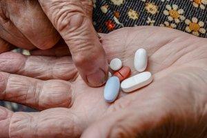 Leki - jak je przyjmować, by sobie nie zaszkodzić? Poradnik dla osób starszych i ich opiekunów