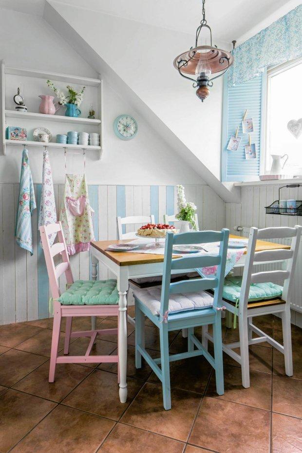 WYSTRÓJ JADALNI to kolejny dowód na kreatywność Sylwii. Stół nabrał stylu, gdy proste nogi zastąpiono tralkami, a krzesła zyskały na urodzie po pomalowaniu na różne kolory. W roli okiennic - ażurowe drzwiczki kupione w Castoramie.
