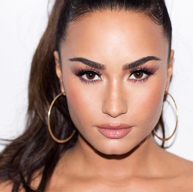 """Wczoraj na platformie Youtube pojawił się film dokumentalny """"Simply Complicated"""", w którym dowiadujemy się intymnych szczegółów z życia wokalistki, Demi Lovato. Piosenkarka postanowiła przerwać milczenie i odpowiedzieć na pytania, które zadawano jej od dłuższego czasu."""
