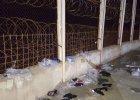 Setki migrant�w chcia�y wedrze� si� do hiszpa�skiej eksklawy. Przez 7-metrowy p�ot z drutem