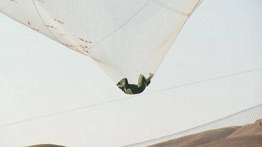 Nikt przed nim tego nie zrobi�. Kaskader skoczy� bez spadochronu z wysoko�ci... 8 km