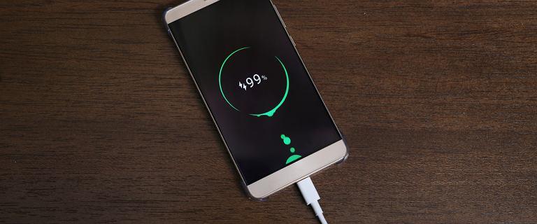 Jak ładujesz baterię w swoim smartfonie? To ma znaczenie. Oto triki na wydłużenie jej żywotności