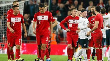 Smutni piłkarze reprezentacji Polski po porażce na Wembley