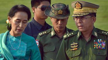 Aung San Suu Kyi, laureatka Pokojowej Nagrody Nobla, obecnie minister spraw zagranicznych i faktyczna głowa państwa, obok niej głównodowodzący armią gen. Min Aung Hlaing. Stolica Mjanmy Naypyitaw, 6 maja 2018 r.