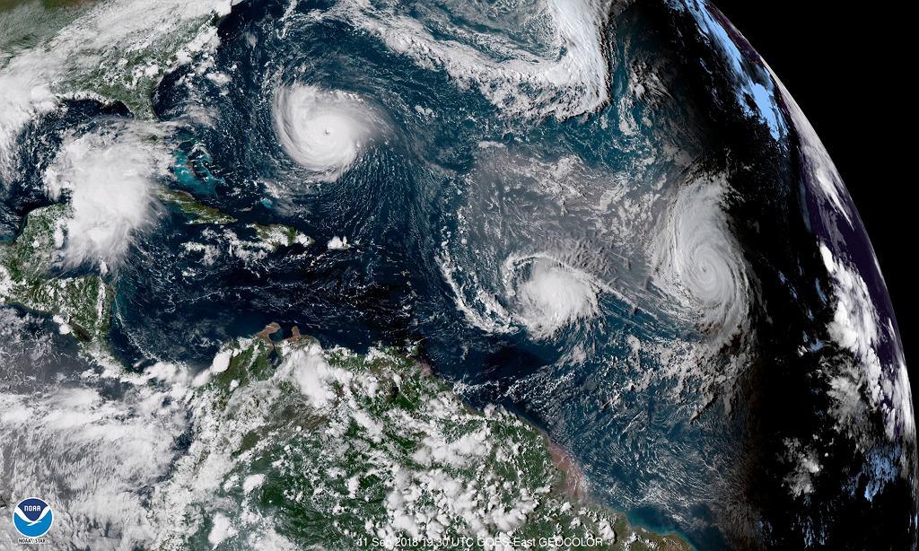Zdjęcie satelitarne huraganu Florence (L), huraganu Helene (P) i burzy Isaac (C) idących jednocześnie przez Atlantyk