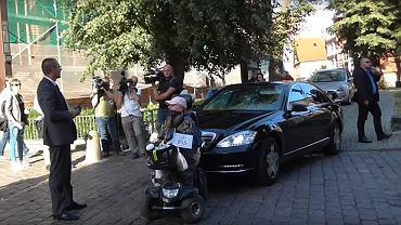 Kobieta blokowała rządowy samochód podczas wizyty Mateusza Morawieckiego w Stargardzie