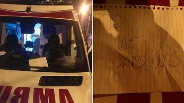 Kartka 'To nie parking' za wycieraczką karetki we Wrocławiu