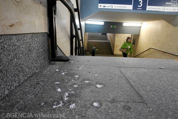 Perony katowickiego dworca kolejowego znów są brudne